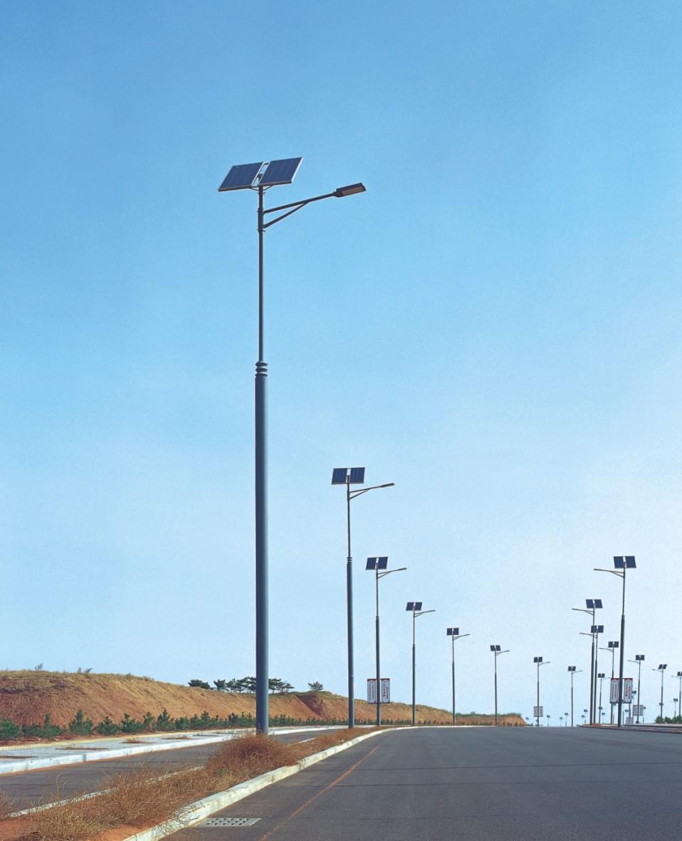 太阳能led路灯的防风设置如何?很多人都知道冬天快过了就立春了,慢慢的迎来春天气温也逐渐变暖,但是有些气温较低的地区仍然受寒流影响,寒流的到来常常伴有大风,一些风速高、风量大的地方,每年都有灯杆被风吹倒或吹断的事故发生,灯具因风吹倒破损更是经常发生,而风积尘现象则是导致太阳能路灯亮度严重衰减的重要原因,同时也会给路人的安全造成隐患,这就意味着一个品质好太阳能路灯不仅要美观、亮度好,而且要有合理的防风和防尘设备;防风设备主要从基础.