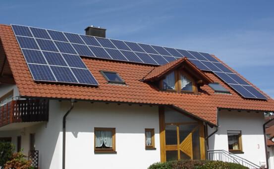 目前社会发明的太阳能产品很多,太阳能源能够满足大家的能源需求。用太阳能发电安全可靠,而且不会受到能源危机或燃料市场不稳定的麻烦。而房屋太阳能发电系统也是因此而生的,设计构建一个光伏太阳能发电系统简易,而且可以根据安装环境使用电力负荷的增减,可以随意添加或减少太阳能光伏系统方阵容量,避免资源浪费,但安装设计太阳能光伏发电系统时应注意以下几点:  1、安装时最好用指南针确定方位,并应注意在方阵前全天不能有高大建筑物或树木等以免遮阳光。 2、安装组件时要轻拿轻放,严禁碰撞、敲击、以免损坏。 3、在安装好之后要仔
